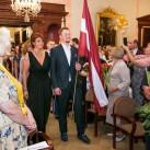 Skolas vadība un izcilnieki zālē ienes Latvijas un skolas karogus.